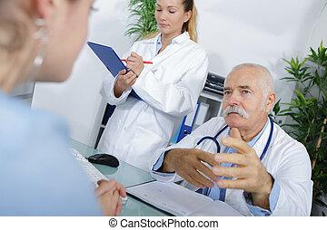 高級的雄性, 醫生和護士, 咨詢, 由于, 女性, 病人