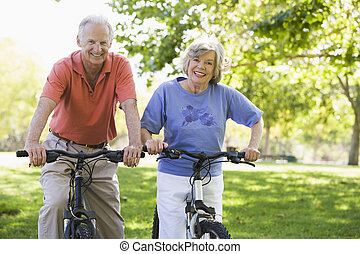 高级夫妇, 在上, bicycles