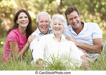 高级夫妇, 带, 长大, 孩子, 在公园中