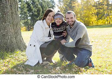 高興的家庭, 玩得高興, 在, 秋天, 公園