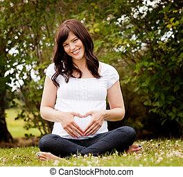 高興的微笑, 怀孕的婦女, 在公園