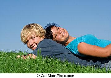 高興的微笑, 青少年的 夫婦, 放置, 上, 草, 在, 夏天