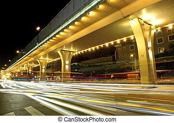 高速, 車輛, 上, 城市, 道路, 在下面, 天橋, 夜間