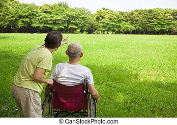 高階人, 坐, 上, a, 輪椅, 由于, 他的, 妻子