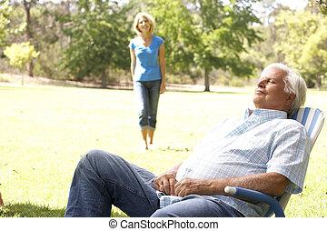高階人, 放松, 在公園, 由于, 妻子, 在, 背景
