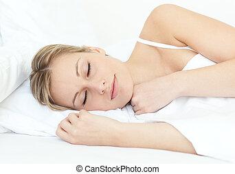 魅力的, 女, 睡眠, 上に, a, ベッド