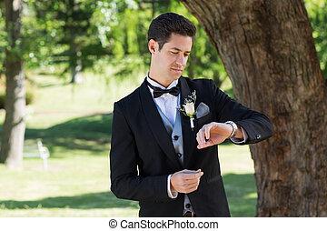 魅力的, 花婿, チェック用時間, 中に, 庭