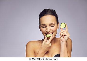 魅力的, 若い女性, 食べること, a, スライス, の, きゅうり