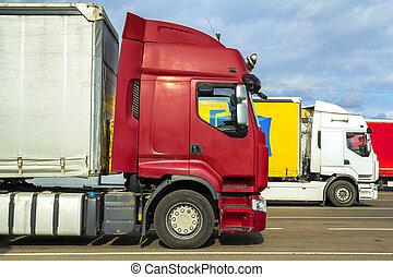 鮮艷, 現代, 大, semi-trucks, 以及, 拖車, ......的, 不同, 做, 以及, 模型, 站, 在, 行, 上, 套間, 停車場, ......的, 卡車停止, 在, 陽光