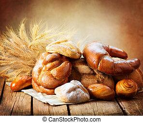 麵包房, bread, 上, a, 木制, 桌子。, 各種各樣, bread, 以及, 捆