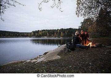 黃昏, 坐, 湖, 年輕, 朋友, 篝火