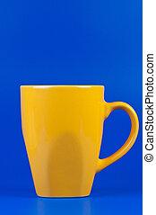 黃色, 杯子, 上, 藍色, 背景。