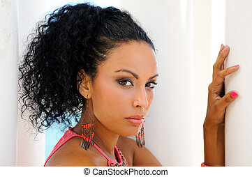 黑人婦女, 由于, 粉紅衣服, 以及, earrings., afro, 發型