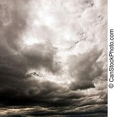 黑暗多雲的天空