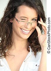 黑發淺黑膚色女子, 在, 眼鏡, 眨眼, 在, the, 照像機