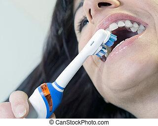 黑發淺黑膚色女子, 婦女, 刷牙齒