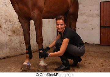 黑發淺黑膚色女子, 婦女, 放, 腱, 靴子, 上, 馬, 腿