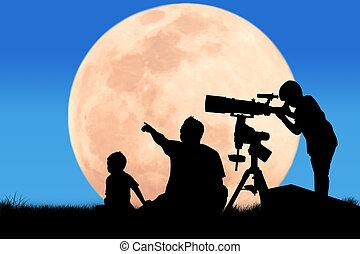 黑色半面畫像, ......的, 小男孩, 看穿, a, 望遠鏡, 在, the, 滿月, 背景