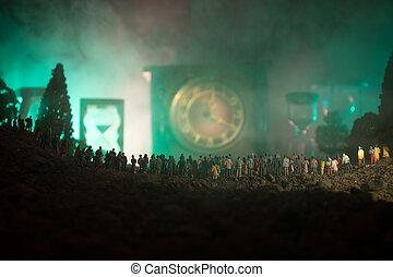 黑色半面畫像, ......的, a, 大, 人群, ......的, 人在, 森林, 夜間, 站立, 針對, a, 大, 箭, 鐘, 由于, 帶上某种調子, 光束, 上, 有霧, 背景。, 時間, concept.
