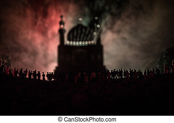 黑色半面畫像, ......的, a, 大, 人群, ......的, 人在, 森林, 夜間, 站立, 針對, a, 被模糊不清, 清真寺, 建築物, 由于, 帶上某种調子, 光束, 上, 有霧, 背景。, ramadan, kareem, 背景。