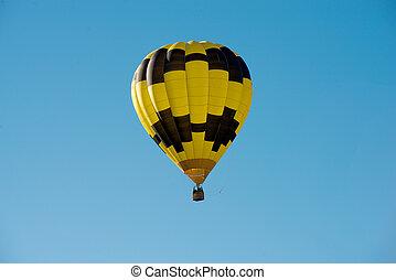 黑色和黃色, 熱的空氣汽球, 在, a, 藍色的天空