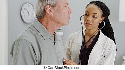 黑色, 醫生, 听, 到, 年長者, 呼吸