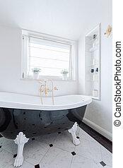 黒い、そして白い, 浴室