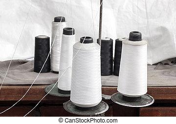 黒い、そして白い, 糸