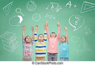 黒板, 上に, 緑, 手, 子供, 上げること, 幸せ