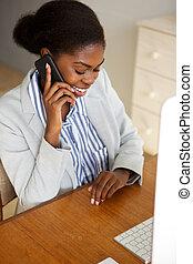 黒, モデル, 電話, 微笑の 女性, 話し, 若い, オフィス, ビジネス