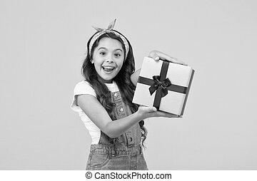 黒, 子供, 開いた, 夏, 概念, 金曜日, 驚き, must., わずかしか, 買い物, プレゼント, box., バックグラウンド。, 驚かされる, 契約, 明確, birthday, セール, discount., sales., 最も良く, 女の子, 彼女。, gifts., 黄色