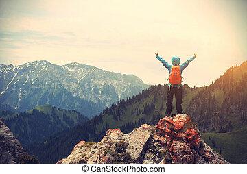 鼓舞, 成功, 妇女, backpacker, 打开武器, 在上, 山高峰
