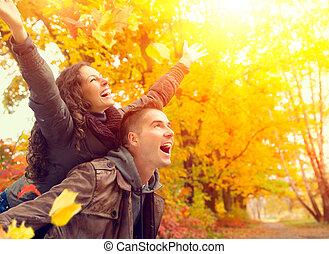 가족, 한 쌍, 가을, fall., park., 옥외, 재미, 가지고 있는 것, 행복하다