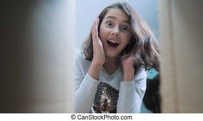 감정, 개념, 비디오, 여학생, 소녀, 행복, 대범한, 믿으려고 하지 않음, 긍정적인, 놀란다, 비탄, ...