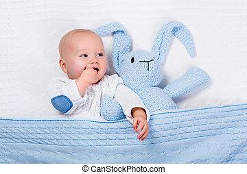 갓난 남자 아기, 노는 것, 와, 파랑, 뜨개질을 하는, 토끼, 장난감