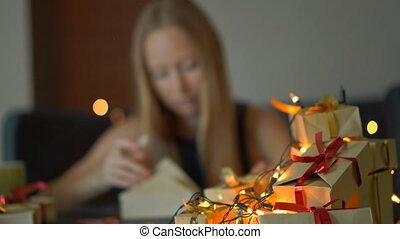 개념, 은 피로하게 했다, 크게, 나이 적은 편의, 현재., 은 선물한다, 이전의, holidays., 여자...