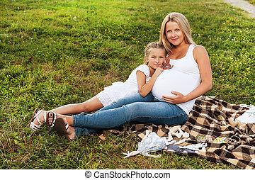 거의, 그녀, 임신하고 있다, 어머니, 고수하는 것, 배, 소녀, 행복하다