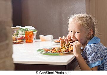 거의, 남자가 멋을 낸, 개걸스럽게 먹는, 배고픈, 집에서 만든, 소녀, 피자