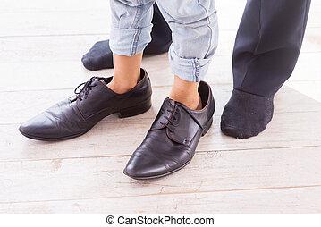 거의, 상세한 묘사, 그, 입는 것, 아버지, 조금, 아이, oversized., 구두, 서 있는, 그의 것...