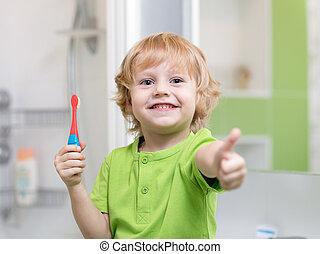 거의, 아이, 소년, 스치고 지나가는 것, 그의 것, 이, 에서, 그만큼, bathroom., 미소, 아이, 보유, 칫솔, 와..., 전시, 엄지손가락, 올라가고 있는.