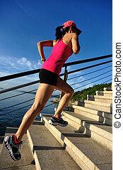 건강한 생활양식, 은 여자를, 달리기, 위로의, 통하고 있는, 돌, 층계, 해변