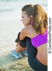 건강한, 젊은 숙녀, 해변에 앉아 있는 것