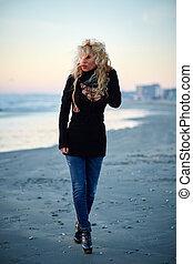걷고 있는 여성, 바닷가에