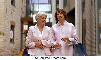 걷기, 도시, 선배의 쇼핑, 여자, 은 자루에 넣는다