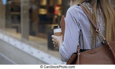 걷기, 문서, 말함., 컵, 여자 실업가, 커피, 나이 적은 편의, 거리, 완전히, 유행, 을 사용하여,...
