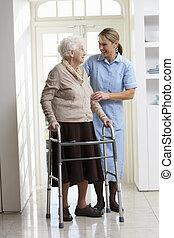 걷기, 여자, carer, 구조, 나이 먹은, 돕는 것, 을 사용하여, 연장자