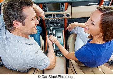 결혼한, 쿠페, 은 이다, 차에 앉아 있는 것, 서로를 보는 것, 와..., 손을 잡는 것