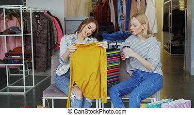 고객, boutique., 약, 여성, 그녀, 착석, 전시, 소녀, 함께, 흥분한다, 동안, 구매되는, ...