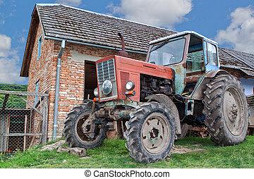 고물, 트랙터, 통하고 있는, a, 농장, 에서, 그만큼, village.
