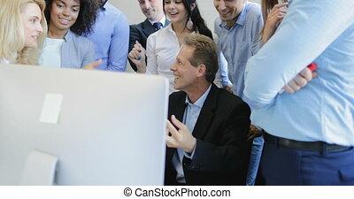 고아하다, 동료, 실업가, 입신한, 두목, 높은, 5개을 주는, 팀, 미소, 토론, 행복하다